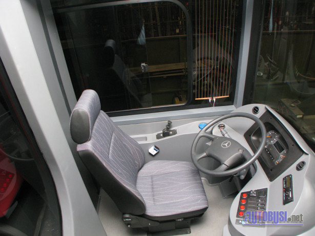 Vozačko radno mesto sa Mercedesovim volanom i centralnim klasterom instrumenata. © Saša Conić