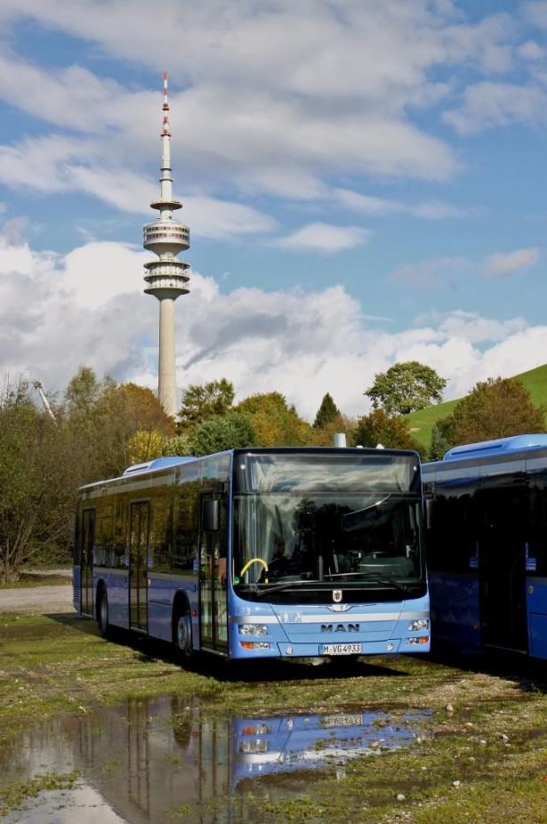 Nach einem kleinen Regenschauer posiert MAN-Bus 4933 vor dem Oly