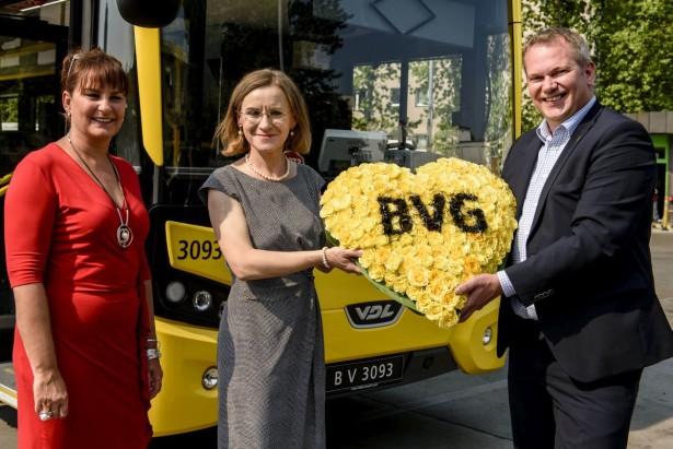 Die Vorstandsvorsitzende der BVG, Sigrid Evelyn Nikutta (M.), die Generalbevollmaechtigte von VDL Bus Coach Deutschland, Silke Toedter (l.) und der OEPNV-Beauftragte von VDL Bus & Coach Deutschland, Boris Hoetermann posieren am Dienstag (11.08.15) in Berlin, anlaesslich einer Pressekonferenz zur Vorstellung des neuen VDL-Doppeldeckers vom Typ Citea DLF 114.