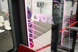 Obeležja na pregradnim staklima kod vrata svetle u različitim bojama