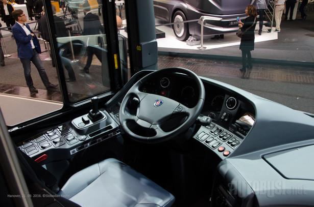 Vozaču je na raspolaganju automatski menjač sa 12 brzina.