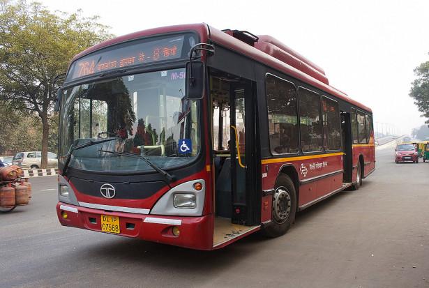 Niskopodni autobus TATA na CNG. ©Paltu Shyamal, Flickr
