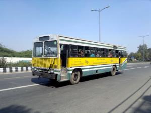 Između 300 i 400 srednjepodnih autobusa spremno za rashod. ©Ramesh NG, Flickr