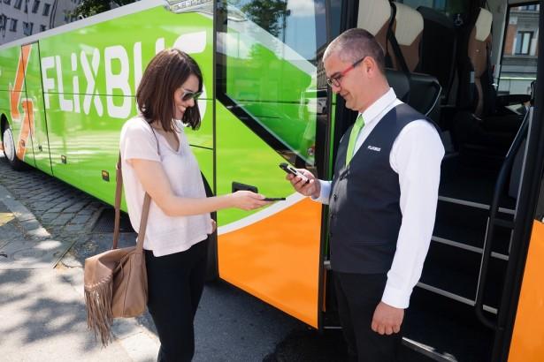 Putnici donose odštampanu kartu ili kartu na telefonu na lice mesta, gde ih čekira vozač. (©FlixBus)