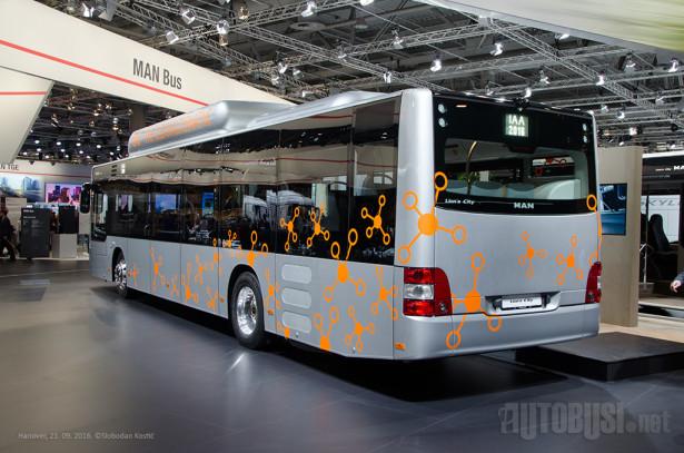 """Osim po rezervoarima na krovu, gasni """"lav"""" se ne razlikuje vizuelno od dizel autobusa."""