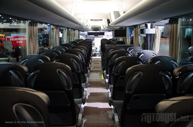 U dužini od 13.8 metara, ovaj autobus ima samo 52 sedišta, sa velikim razmakom između redova.