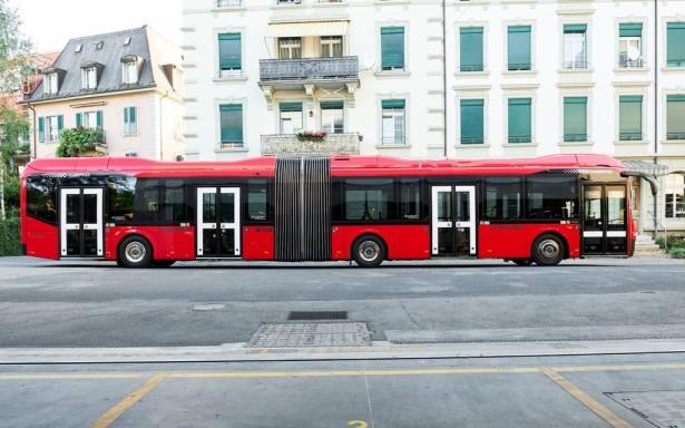 Autobus je dugačak 18 metara, a prazan ima masu od 18,4 t.