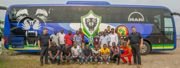 Reprezentacija Gabona ispred svog autobusa sa znakom pantera. © MAN Truck & Bus