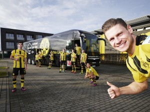 Crno-žuti dresovi ispred timskog autobusa Borussia Dortmund. © MAN Truck & Bus