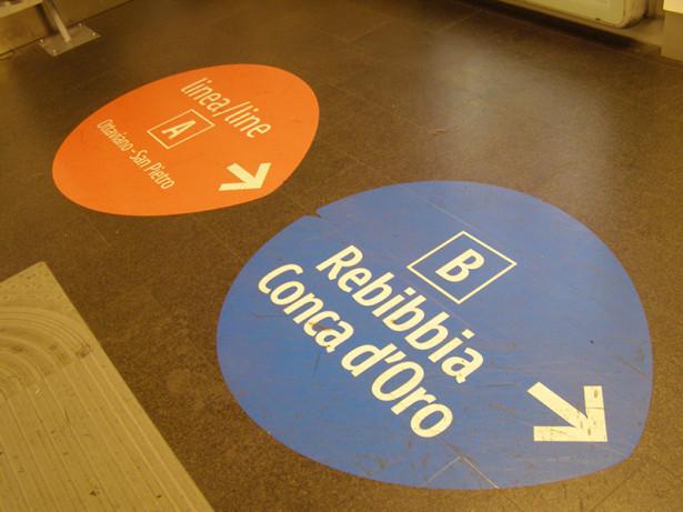 Oznake na podu na stanici Termini upućuju i na određene destinacije. © Slobodan Kostić