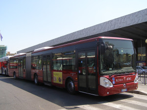 Zglobni autobusi retkost u Rimu. © Slobodan Kostić