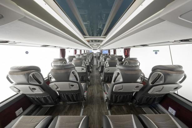 Panoramski krov, imitacija brodskog poda i komforna sedišta ponos za Setru. © Daimler Media