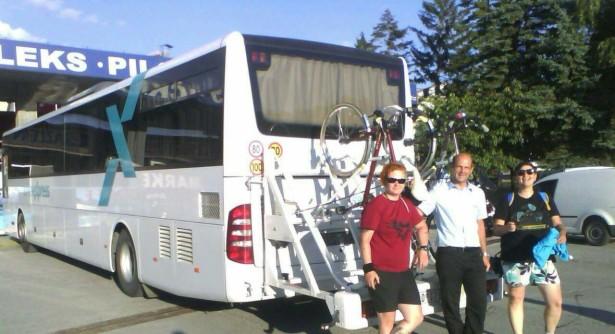 Prvi komentari pozitivni. Vozač Branko Petrović sa prvim biciklistima na ruti. © Arriva LITAS
