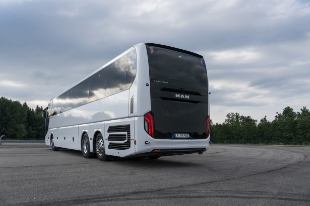 Crna bordura ispod stakla dominira zadnjom maskom autobusa. © MAN Truck & Bus