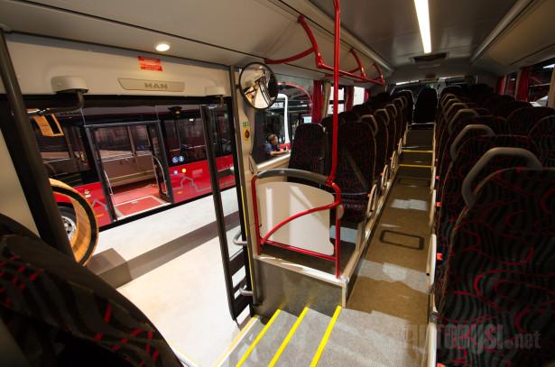 Osim 63 sedišta, autobus ima i lift na srednjim vratima.