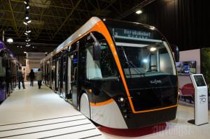 Sa spuštenim trolama, ovaj trolejbus je dugačak 24.610 milimetara.
