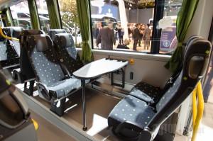 Stolovi u prigradskom autobusu nisu deo osnovne opreme, ali nisu ni retko viđeni.