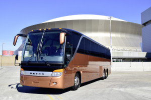 Eine Setra TopClass S 417 vor dem New Orleans Superdome Football-Stadion.   Setra TopClass S 417 in front of New Orleans Superdome football stadium.
