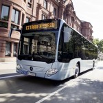Mercedes-Benz Citaro hybrid, Exterieur, eisblau metallic, OM 936 h mit 220 kW (299 PS), 7,7 L Hubraum, Elektro-Motor mit 14 kW, 6-Gang-Automatikgetriebe, LED-Scheinwerfer, Länge/Breite/Höhe: 12.135/2.550/3.120 mm, Beförderungskapazität: max. 1/96   Mercedes-Benz Citaro hybrid, exterior, ice blue metallic, OM 936 h with 220 kW (299 hp), displacement 7.7 l, electric motor with 14 kW, 6-speed automatic transmission, LED headlamps, length/width/height: 12,135/2550/3120 mm, passenger capacity: max. 1/96