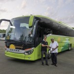Die Setra ComfortClass ist auf Guadeloupe angekommen. Verkäufer François Iratçabal (links) übergibt den S 516 MD an Busunternehmer Thomas Pajamandy.   The Setra ComfortClass has arrived on Guadeloupe. Salesman François Iratçabal (left) hands over the Setra ComfortClass bus to Thomas Pajamandy, Chairman of the Board of Directors of the bus company SA Pajamandy.