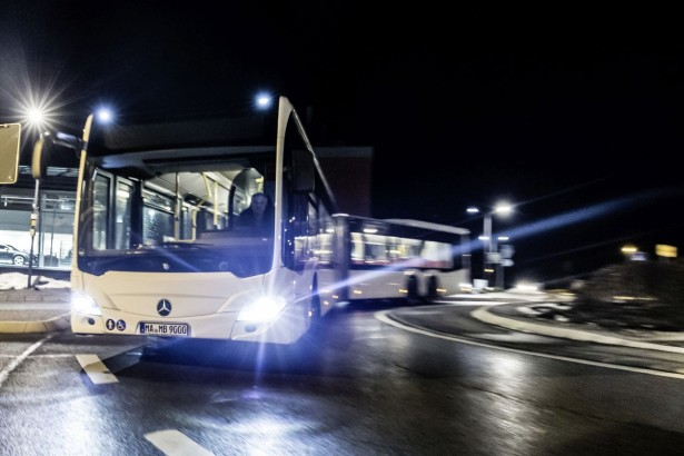 Mercedes-Benz CapaCity L mit LED-Scheinwerfern; OM 470 mit 315 kW/428 PS; 10,7 L Hubraum, 6-Gang-Getriebe; Lackierung: Weiß; Sitzbezüge: Rot-Grau  Mercedes-Benz CapaCity L with LED headlamps; OM 470 rated at 315 kW/428 hp; displacement 10.7 l, 6-speed transmission; paintwork: white; seat covers: red-grey