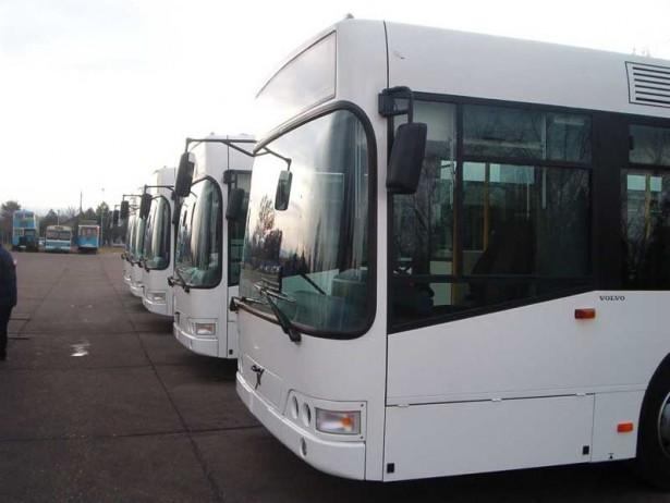 Isporuka jedinih kompletnih Volvo autobusa Novom Sadu. U pozadini Ikarus IK-4 na šasiji B58. © Saša Conić