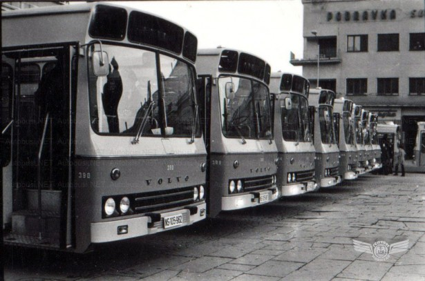 Prezentacija Volvo Autokaroserija 1975. godine u centru Novog Sada. Foto: Miroslav Vujkov, arhiva JGSP, sken: Autobusi.NET