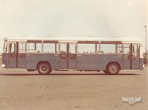 Prvi autobusi sa troja vrata u Novom Sadu. Foto Arhiva JGSP, sken Autobusi.NET