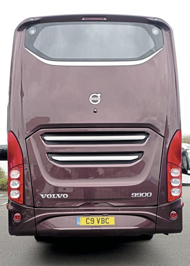 Zadnja stena Volvo sa manjim vetrobranom i stilizovanom svetlosnom grupom. © Bus & Coach Buyer