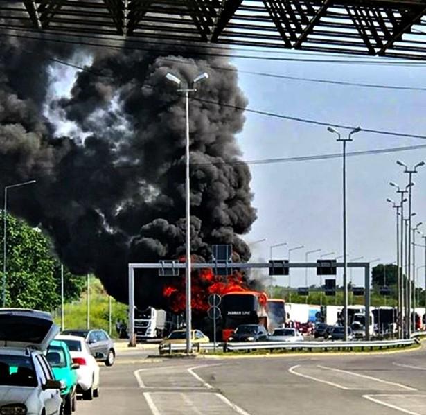 Putnici se bez povreda evakuisali iz autobusa novosadskog Jadran Line. © TV Kanal 5