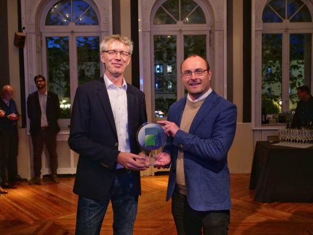 "Mercedes-Benz Sprinter City 75 dobija nagradu ""Minibus of the Year 2019"". Bernd Hilsman, za Mercedes-Benz (levo) i Tom Terjesen, predsednik međunarodnog žirija (desno)."