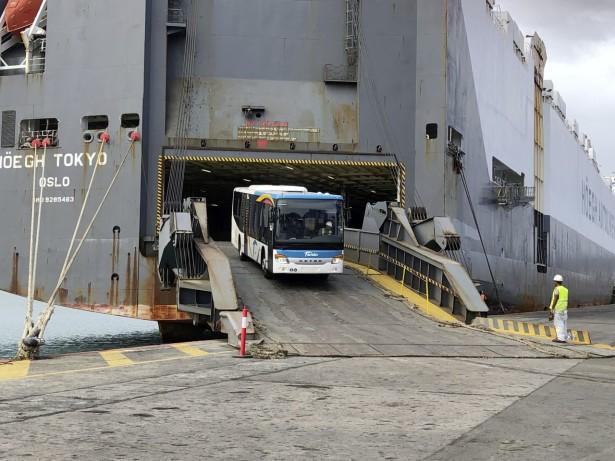 Istovar Setre sa broda u Novoj Kaledoniji.