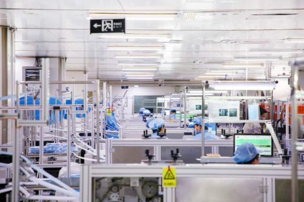 BYD proizvodnja maski u sterilnim pogonima za proizvdonju smartfona.